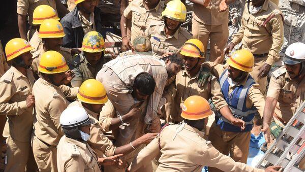 Rescatistas en el lugar del edificio derribado en la India - Sputnik Mundo