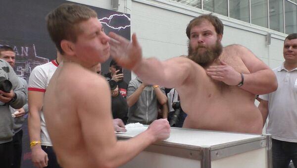 ¡En sus marcas, listos, abofetea! En Rusia celebran el primer concurso masculino de bofetadas - Sputnik Mundo