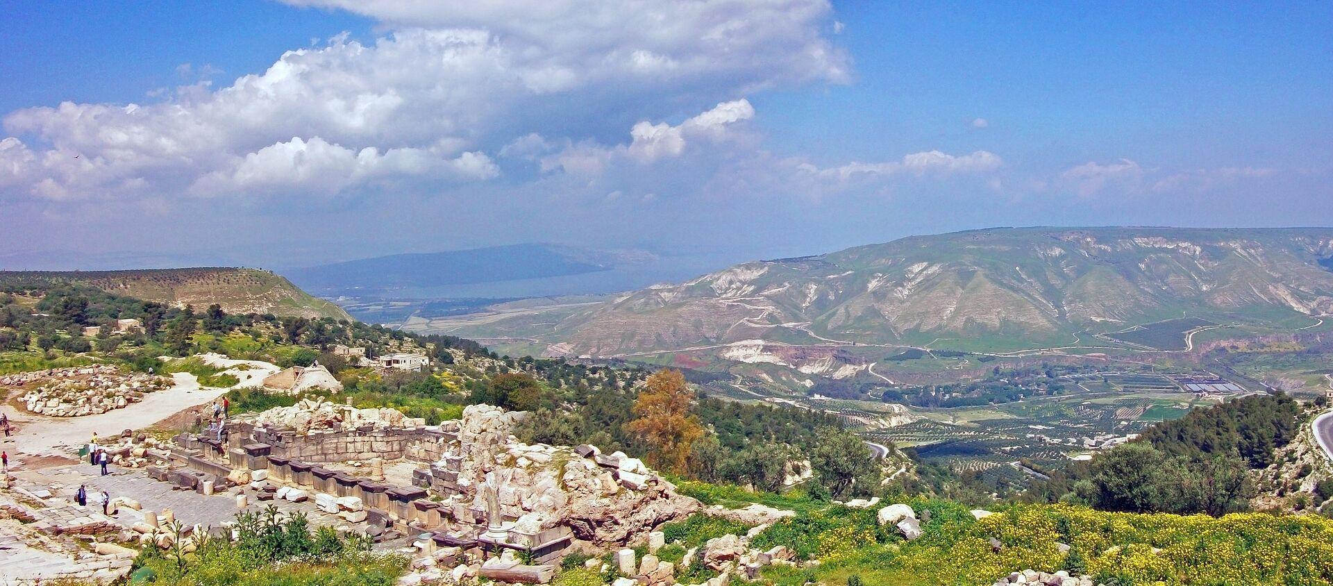 Una vista que se abre a los Altos del Golán desde las ruinas de una antigua ciudad situadas en Umm Qais (Jordania) - Sputnik Mundo, 1920, 25.03.2019