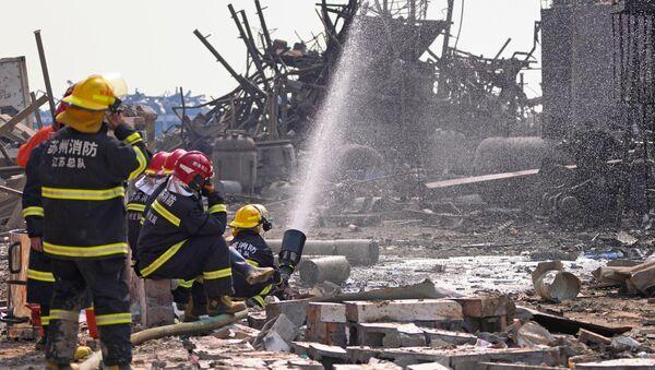 Bomberos apagan el fuego de la explosión en la planta química Tianjiayi en China - Sputnik Mundo