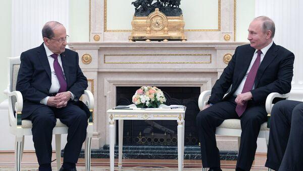 El presidente de Rusia, Vladímir Putin y el presidente libanés, Michel Aoun - Sputnik Mundo
