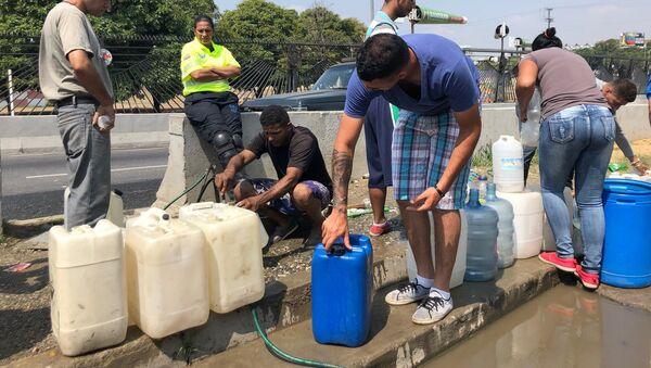 En las filas para tomar agua de los manantiales del Ávila, suele haber acalorados debates sobre la situación del país - Sputnik Mundo