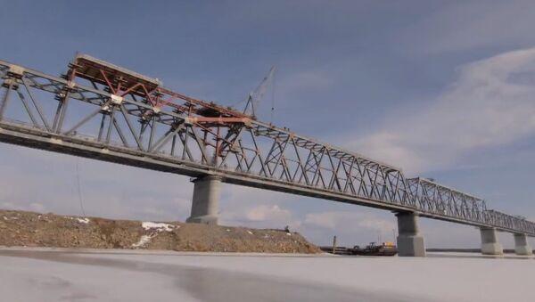 Rusia y China conectan las partes del primer puente transfronterizo - Sputnik Mundo