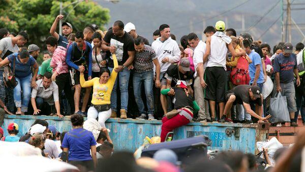 Venezolanos en el puente internacional Simón Bolívar - Sputnik Mundo