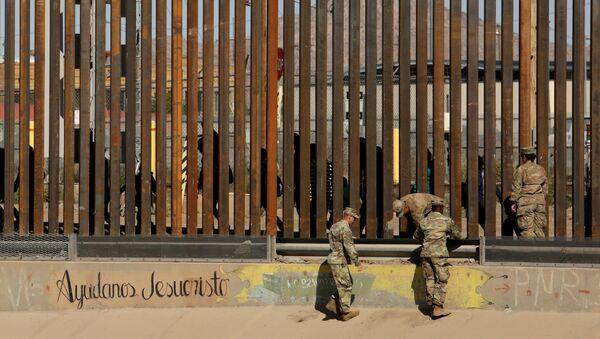 Militares estadounidenses custodian un trecho de la frontera entre EEUU y México entre El Paso y Ciudad Juárez, mientras transitan migrantes - Sputnik Mundo