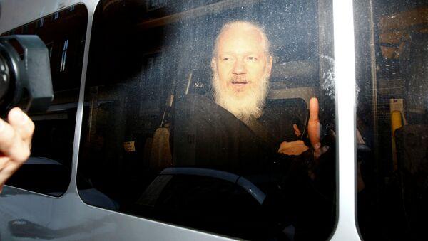 Julian Assange, fundador de WikiLeaks tras su detención por la Policía británica - Sputnik Mundo