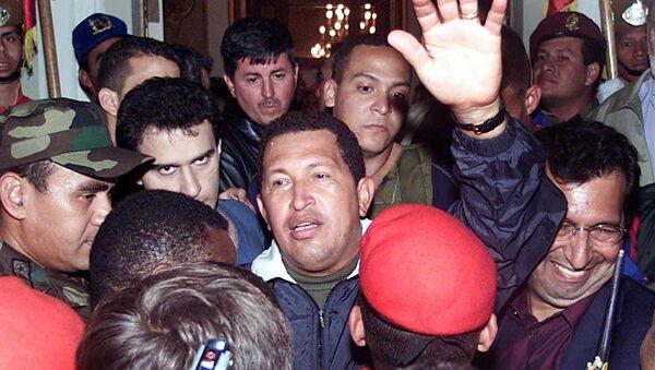 Hugo Chávez regresando al gobierno tras el fallido Golpe de Estado de 2002 en Venezuela - Sputnik Mundo