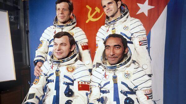 El cosmonauta Arnaldo Tamayo junto al héroe soviético, Yuri Romanenko, y sus traductores en la Tierra - Sputnik Mundo