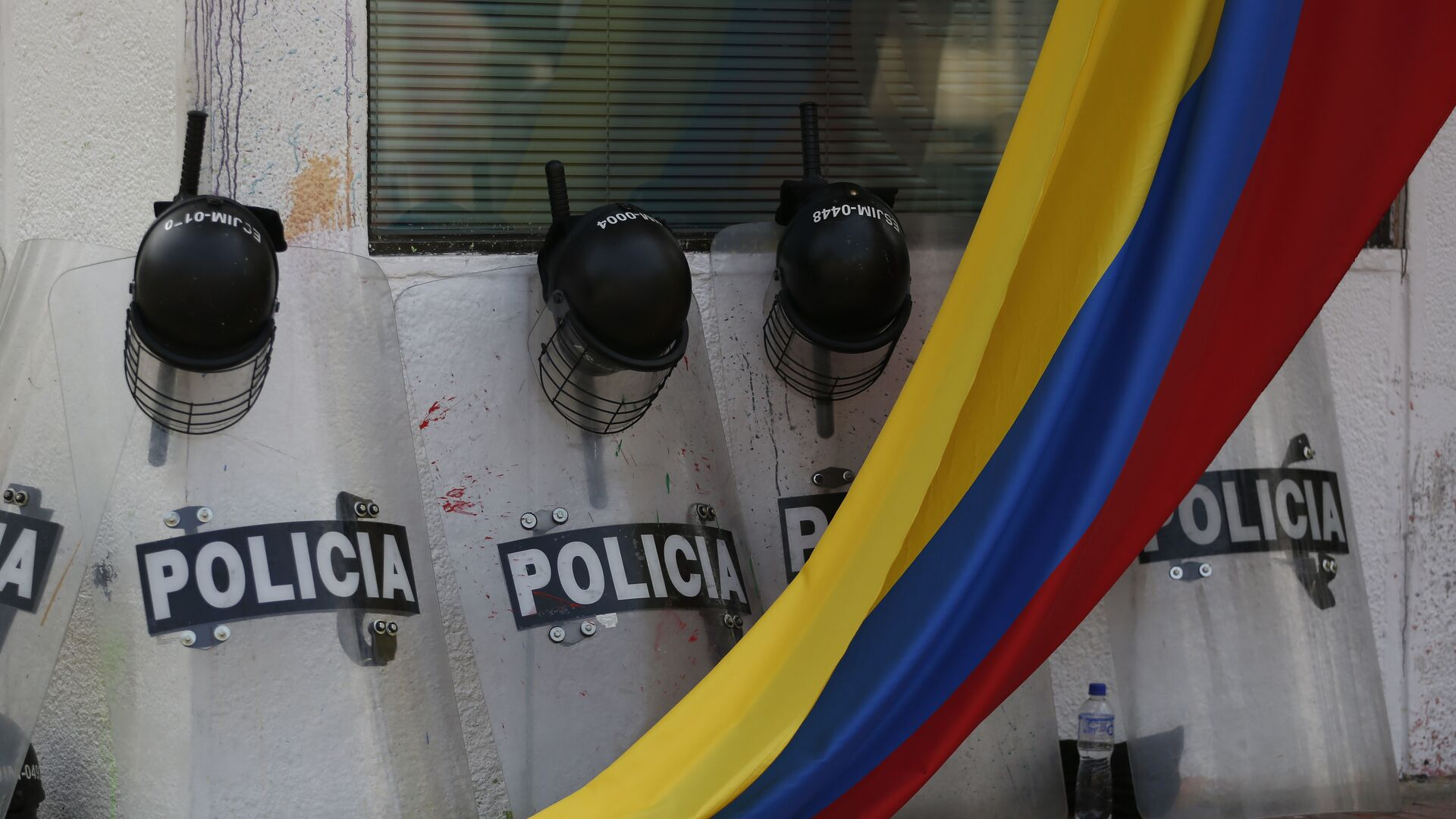 Escudos de los policías colombianos y la bandera del país (archivo) - Sputnik Mundo, 1920, 30.09.2021