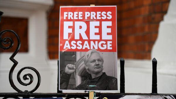 Activistas con la foto de Julian Assange piden su libertad - Sputnik Mundo