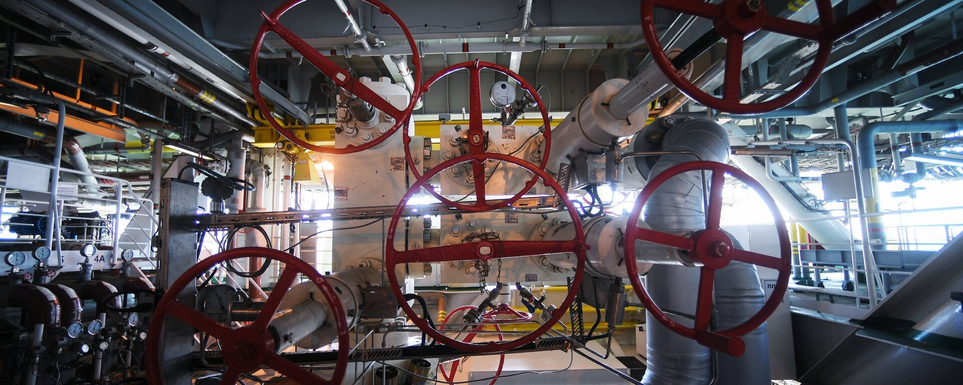 La maquinaria de una plataforma rusa instalada en un yacimiento de petróleo y gas - Sputnik Mundo, 1920, 13.09.2021