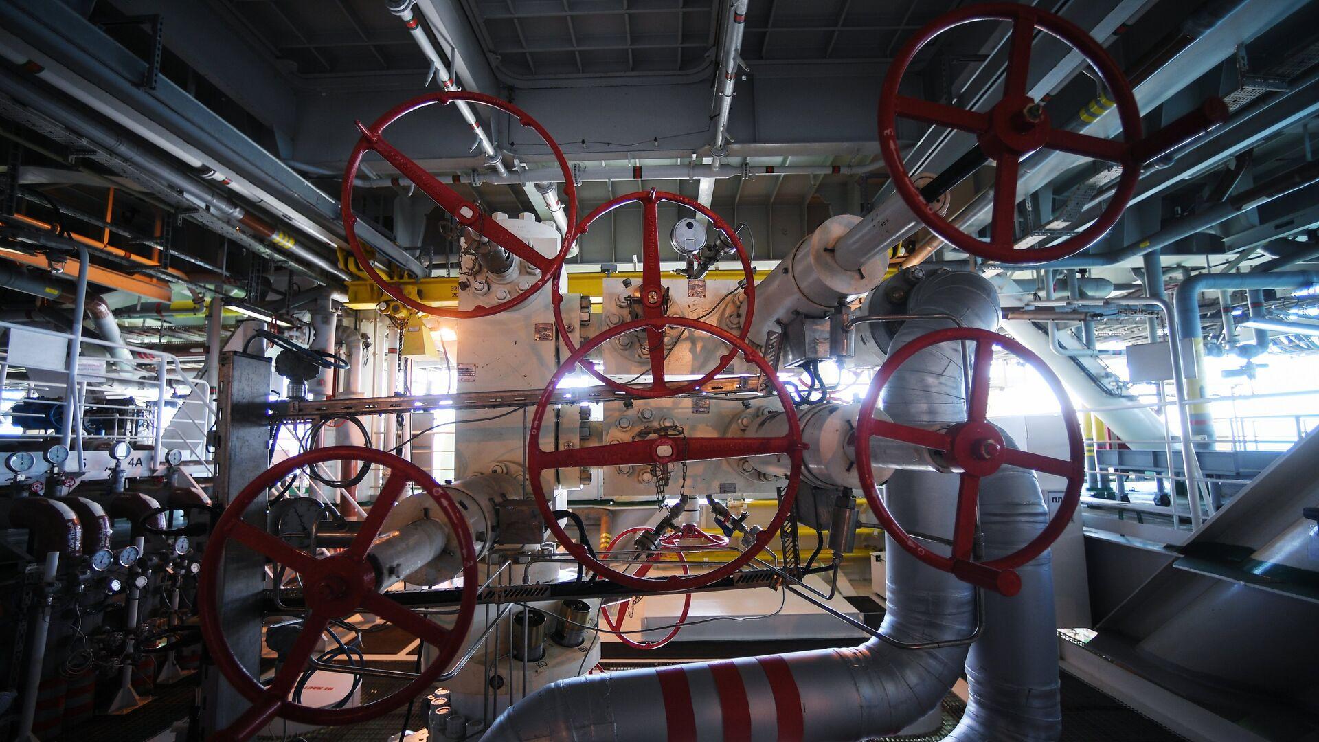 La maquinaria de una plataforma rusa instalada en un yacimiento de petróleo y gas - Sputnik Mundo, 1920, 06.10.2021