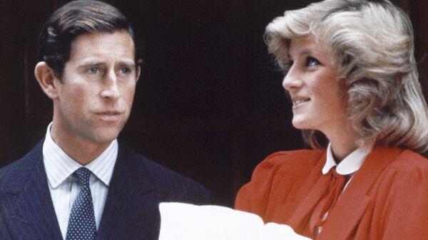 La princesa Diana y el príncipe Carlos con un hijo suyo - Sputnik Mundo