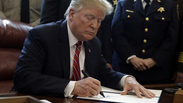 Trump firma un documento - Sputnik Mundo