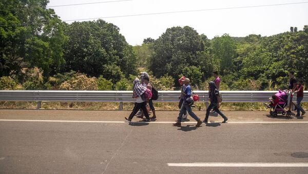 Miembros de la caravana migrante caminan sobre la carretera México 200, rumbo al norte del país, Tapachula, Chiapas, México - Sputnik Mundo