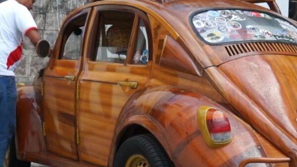 Desde Perú a Nueva York en un auto de madera: el regalo de un carpintero a su hija  - Sputnik Mundo