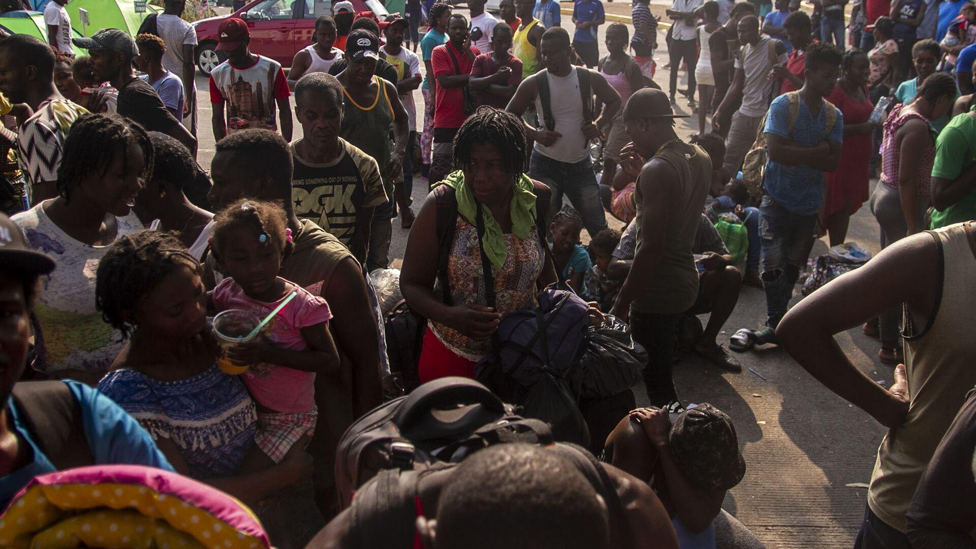 Tapachula, Chiapas: Cientos de migrantes, muchos de ellos haitianos, esperan que les resuelvan su situación migratoria en la estación Siglo XXI - Sputnik Mundo, 1920, 21.09.2021