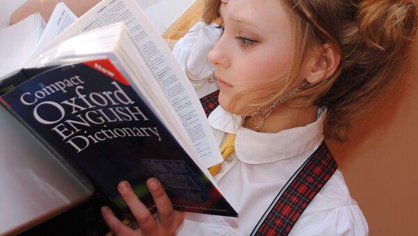 Una mujer con el diccionario inglés - Sputnik Mundo