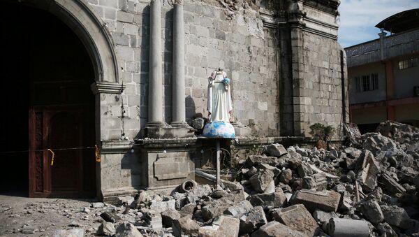 Escombros rodean la parroquia Santa Catalina de Alejandría después del terremotos en Filipinas - Sputnik Mundo