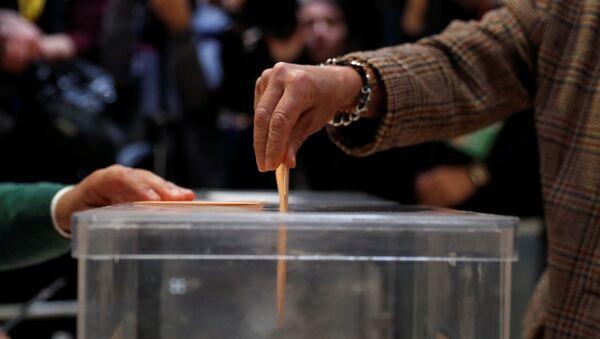 Una persona ejerce su derecho al voto en Madrid - Sputnik Mundo