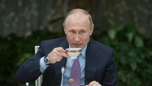 Vladímir Putin, presidente de Rusia, con una taza de té - Sputnik Mundo