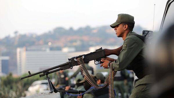 Un militar venezolano cerca de la base militar La Carlota en Caracas - Sputnik Mundo