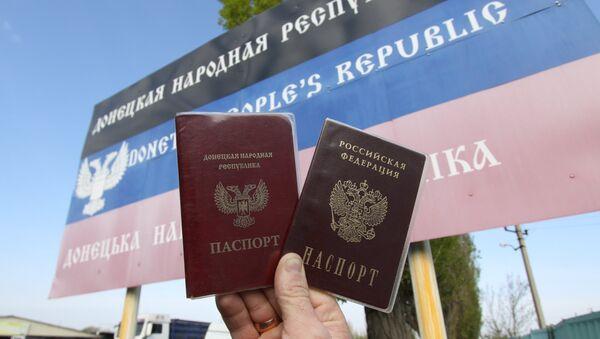 Los pasaportes de la Republica Popular de Donetsk y de Rusia - Sputnik Mundo
