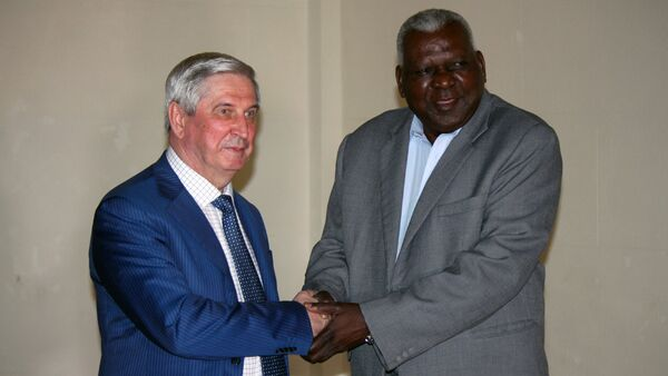 Iván Mélnikov, vicepresidente de la Duma estatal de Rusia (izq) junto al presidente del parlamento de Cuba, Esteban Lazo. - Sputnik Mundo