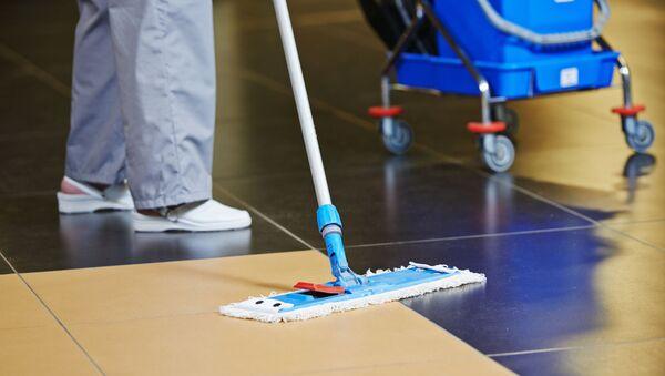 Una persona haciendo limpieza - Sputnik Mundo