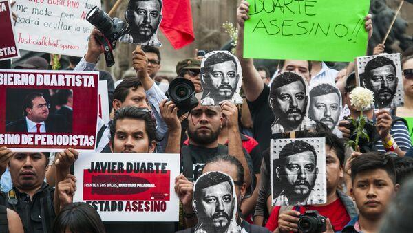 Protesta de fotorreporteros en Ciudad de México en 2015 por el asesinato del fotoperiodista Rubén Espinosa; en vida recibió innumerables amenazas de muerte - Sputnik Mundo