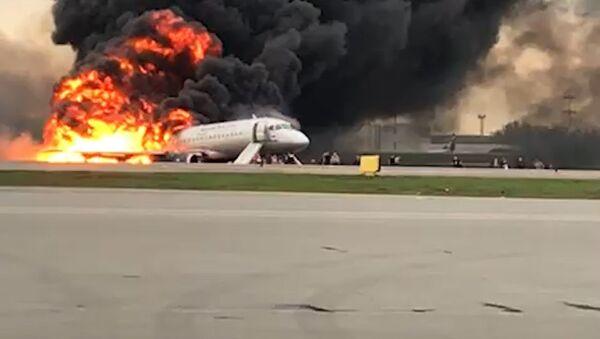 El momento exacto de la evacuación del avión en llamas en un aeropuerto de Moscú - Sputnik Mundo