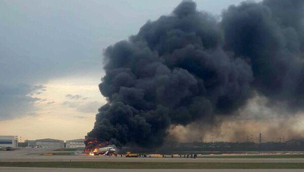 Avión de pasajeros Sukhoi Superjet 100 en llamas en el aeropuerto Sheremétievo de Moscú - Sputnik Mundo