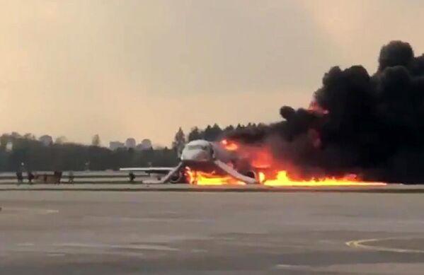 El avión en llamas del aeropuerto de Moscú en imágenes - Sputnik Mundo