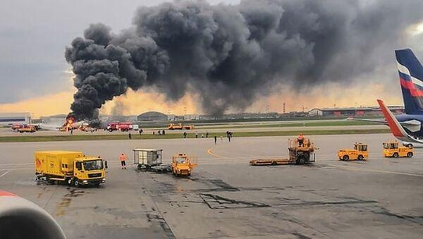 Aeropuerto Sheremétievo de Moscú durante el incendio del avión Superjet 100 - Sputnik Mundo