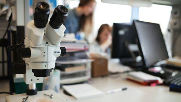 Un microscopio en un laboratorio de una universidad rusa - Sputnik Mundo
