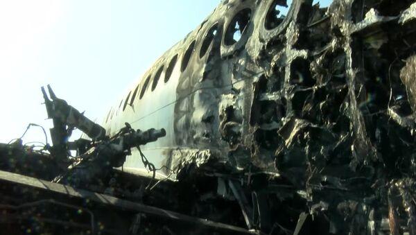 Avión de pasajeros Sukhoi Superjet 100 tras incendiarse en el aeropuerto Sheremétievo de Moscú - Sputnik Mundo