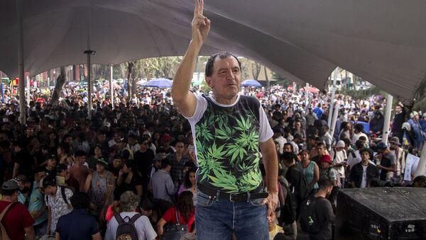 Alfonso Jesús García Pérez posa para foto en el evento de la Federación Mariguana Liberación - Sputnik Mundo