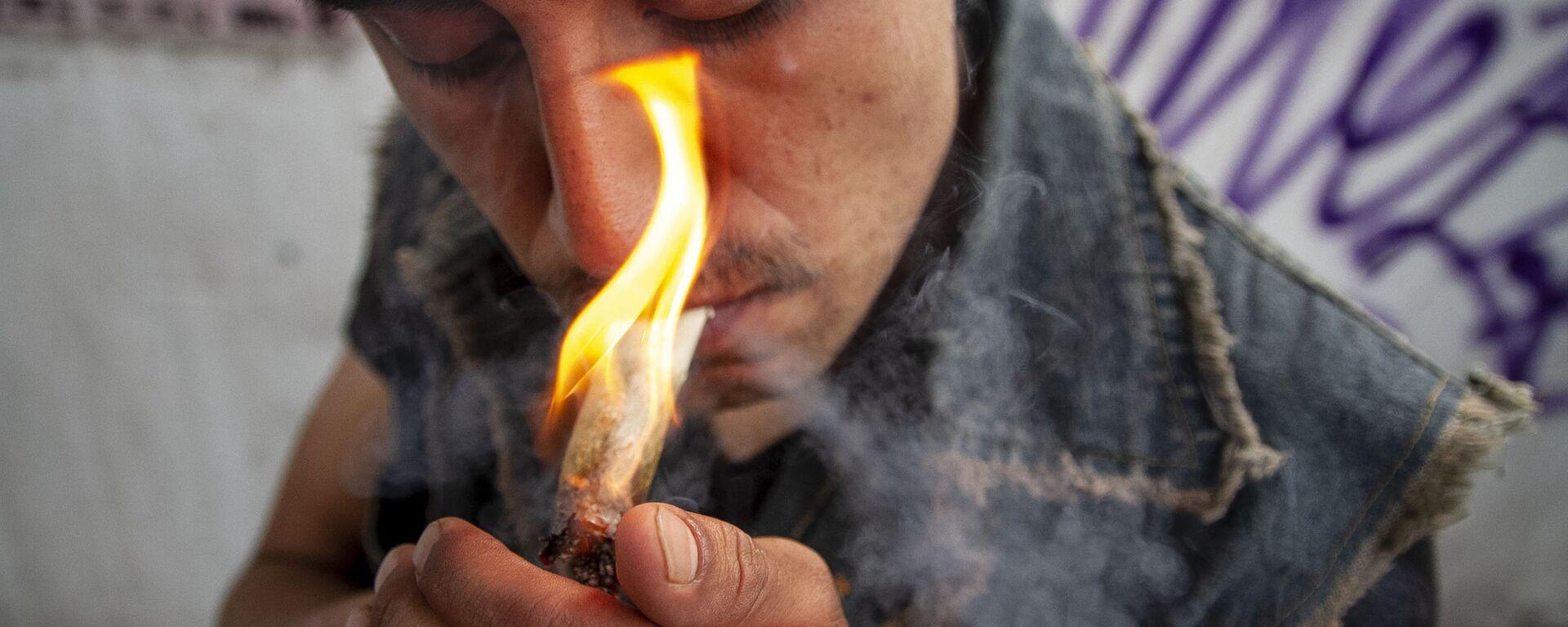Usuario de marihuana en uno de los eventos de la Federación Mariguana Liberación en la Ciudad de México - Sputnik Mundo, 1920, 21.12.2019