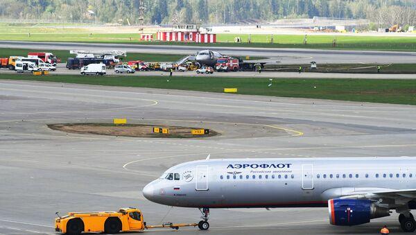 Sukhoi Superjet 100 incendiado en un aeropuerto de Moscú - Sputnik Mundo