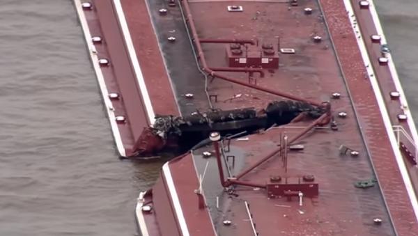 Dos barcazas colisionaron con un barco petrolero en un canal fluvial de Houston. - Sputnik Mundo