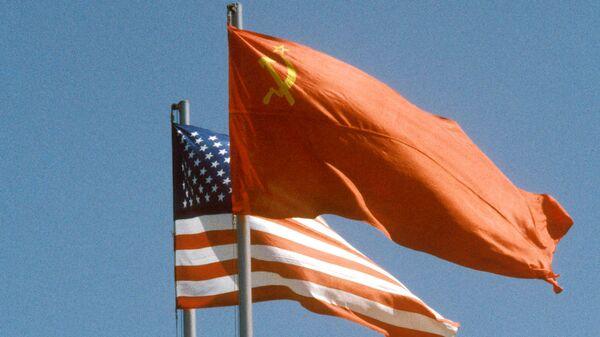 La banderas de la URSS y EEUU - Sputnik Mundo