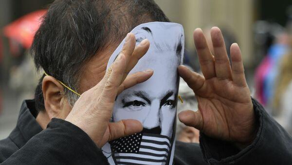Activista con una máscara con el rostro de Julian Assange - Sputnik Mundo