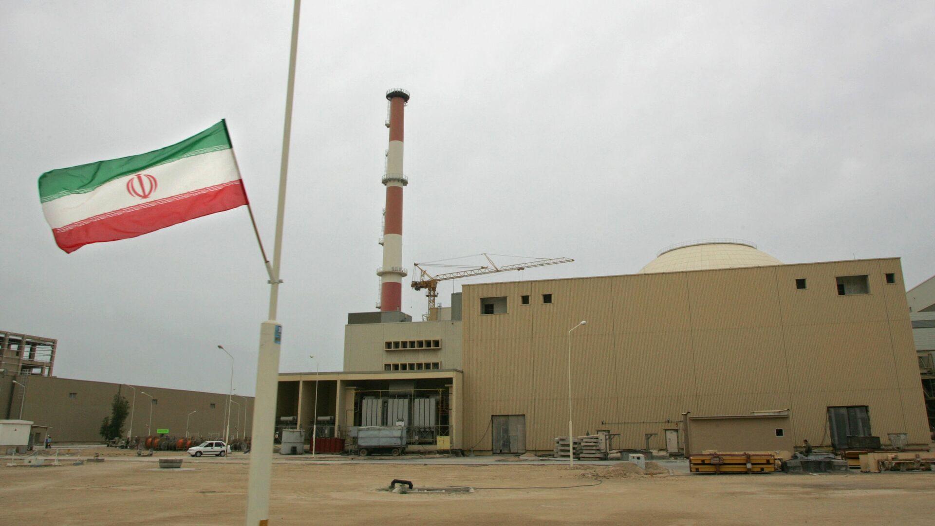 La bandera de Irán junto a la planta nuclear de Bushehr - Sputnik Mundo, 1920, 24.08.2021