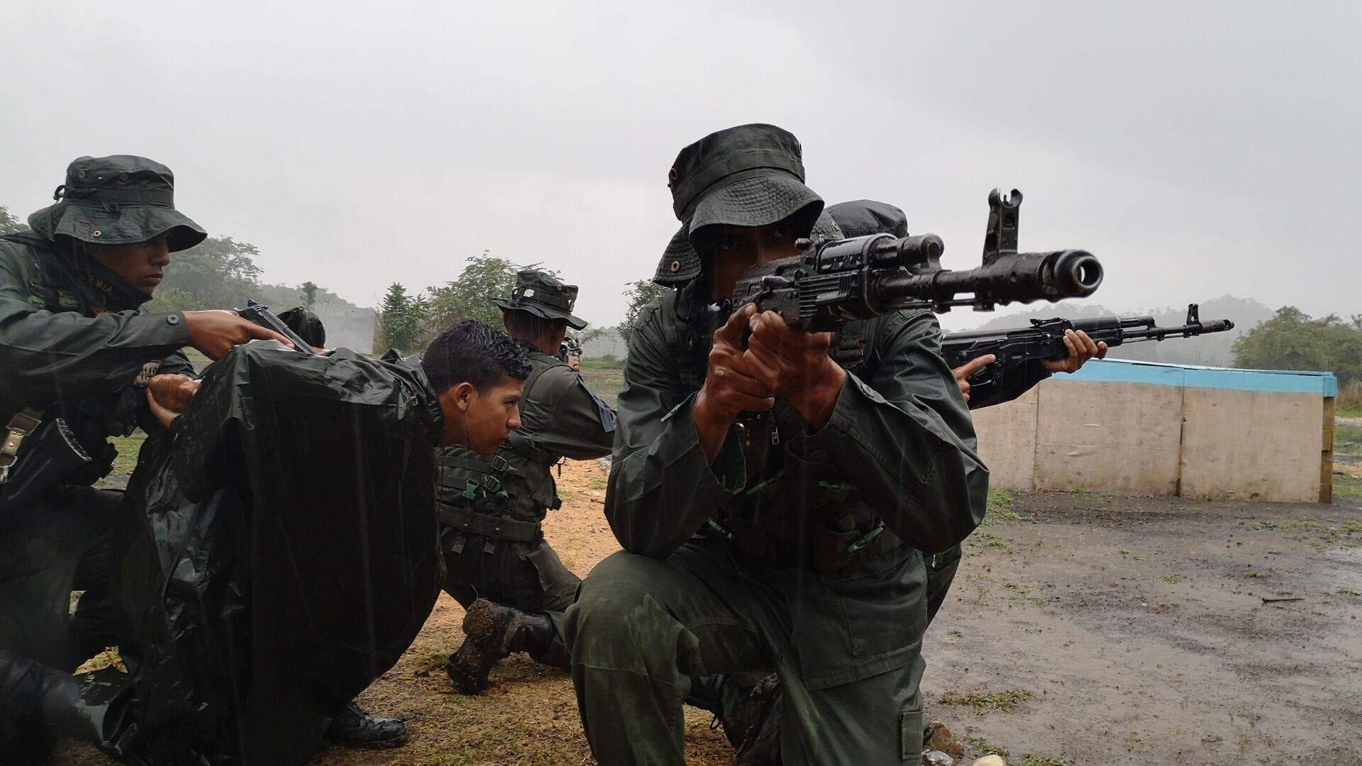 Cadetes de la Academia de la Guardia Nacional Bolivariana, en la cancha de combate en áreas construidas - Sputnik Mundo, 1920, 04.08.2021
