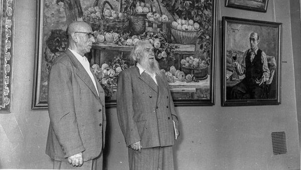El pintor y escultor español, Alberto Sánchez (izqd) y el escultor ruso, Sergúei Koniónkov - Sputnik Mundo