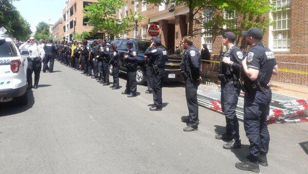 Los policías frente la Embajada de Venezuela en Washington - Sputnik Mundo