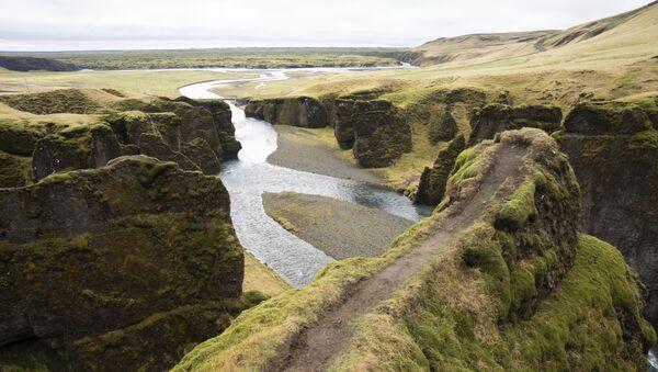 El cañón de Fjaðrárgljúfur en Islandia - Sputnik Mundo