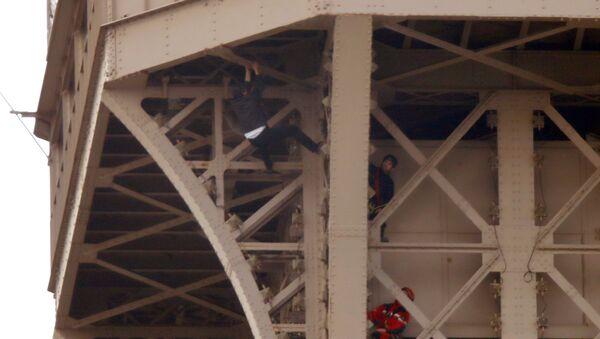 Un hombre intenta escalar la Torre Eiffel - Sputnik Mundo