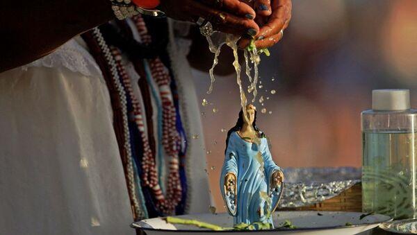 Esfigie de Iemanjá durante un culto de la religión candomblé en Salvador de Bahía, Brasil - Sputnik Mundo