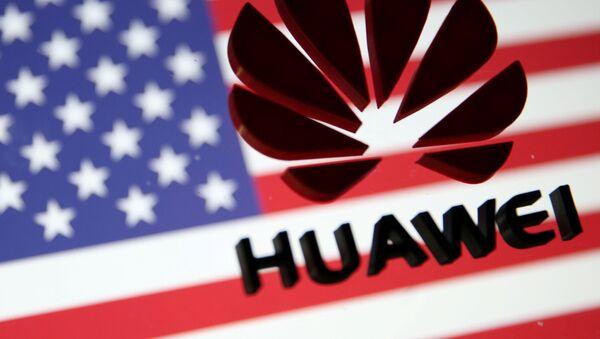 Logo de Huawei en la bandera de EEUU - Sputnik Mundo